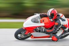 Pratique en matière de moto se penchant dans un coin rapide photos libres de droits