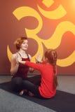 Pratique en matière de yoga de mère et d'enfant Image libre de droits