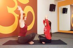Pratique en matière de yoga de mère et d'enfant Images stock