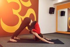 Pratique en matière de yoga de mère et d'enfant Image stock