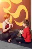 Pratique en matière de yoga de mère et d'enfant Photo stock