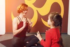 Pratique en matière de yoga de mère et d'enfant Photos libres de droits