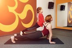 Pratique en matière de yoga de mère et d'enfant Photographie stock libre de droits