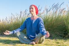 Pratique en matière de yoga près de mer photographie stock libre de droits