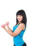 Pratique en matière heureuse de femme avec des haltères roses Image libre de droits