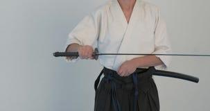 Pratique en matière principale d'Iaido Démonstration d'arts martiaux dans le dodjo clips vidéos