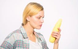 Pratique en mati?re de fille mangeant des produits alimentaires non transform?s crus et Produit v?g?tarien L'agricultrice choisis photos stock