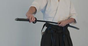 Pratique en mati?re principale d'Iaido D?monstration d'arts martiaux dans le dodjo banque de vidéos