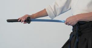 Pratique en mati?re principale d'Iaido D?monstration d'arts martiaux dans le dodjo clips vidéos