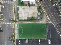 Pratique o futebol no lugar surpreendente foto de stock royalty free