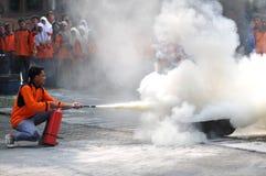 Pratique pôr para fora o fogo com luz dos extintores Foto de Stock Royalty Free