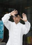Pratique principale chinoise Tai Chi sur la promenade latérale d'une rue Image stock