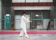 Pratique principale chinoise Tai Chi sur la promenade latérale d'une rue Images stock