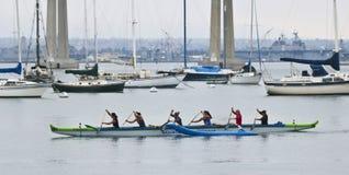 Pratiques en matière d'un club de canoë de tangon d'Oceanside près de Coronado Tidela Image stock