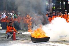 Pratiquez éteindre le feu avec la lumière d'extincteurs Photographie stock libre de droits