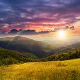 Prato in alte montagne al tramonto Immagini Stock Libere da Diritti