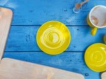 Prato amarelo na madeira Fotografia de Stock Royalty Free