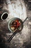 Prato asiático: Macarronetes da fritada da agitação da carne Foto de Stock