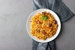Prato asiático tradicional - pilau do arroz, dos vegetais e da carne em uma placa foto de stock royalty free