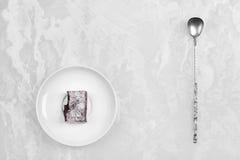 Prato branco com doces do fruto e a colher de prata antiga Fotos de Stock Royalty Free