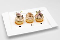 Prato branco com os 3 copos da salada das ovas fotos de stock royalty free