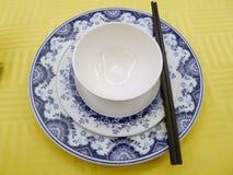 Prato chinês da bacia do chopstick na tabela foto de stock royalty free