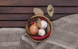 Prato com especiarias em um fundo de madeira Vista superior Imagens de Stock