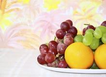 Prato com maçãs, uvas e laranjas Fotografia de Stock
