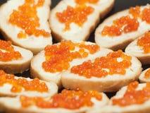 Prato com os sanduíches vermelhos do caviar Fotografia de Stock
