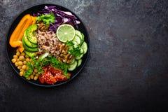 Prato da bacia da Buda com arroz integral, abacate, pimenta, tomate, pepino, couve vermelha, grão-de-bico, salada fresca da alfac Fotografia de Stock