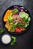 Prato da bacia da Buda com arroz integral, abacate, pimenta, tomate, pepino, couve vermelha, grão-de-bico, salada fresca da alfac Fotografia de Stock Royalty Free