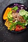 Prato da bacia da Buda com arroz integral, abacate, pimenta, tomate, pepino, couve vermelha, grão-de-bico, salada fresca da alfac Fotos de Stock