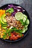 Prato da bacia da Buda com arroz integral, abacate, pimenta, tomate, pepino, couve vermelha, grão-de-bico, salada fresca da alfac Imagem de Stock Royalty Free