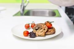 Prato da carne com vegetais Imagens de Stock