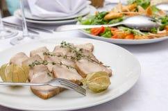 Prato da carne na tabela de jantar no restaurante Foto de Stock Royalty Free