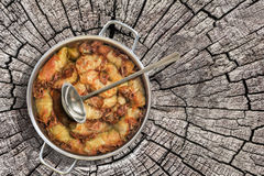 Prato da couve conservada Rolls enchido com a carne triturada cozinhada em Saucepot de aço inoxidável servido no coto rachado vel Imagem de Stock Royalty Free