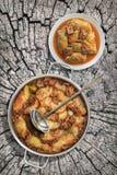 Prato da couve conservada Rolls enchido com a carne triturada cozinhada em Saucepot de aço inoxidável servido no coto rachado vel Imagens de Stock Royalty Free