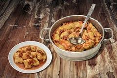 Prato da couve conservada Rolls enchido com a carne triturada cozinhada em Saucepot de aço servido na tabela flocoso rachada velh Imagens de Stock