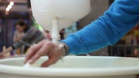 Prato da limpeza do vendedor do algodão doce, controle sanitário, consumo excessivo do açúcar vídeos de arquivo