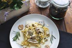 Prato da massa do vegetariano dos tagliatelle com cogumelos Foto de Stock Royalty Free