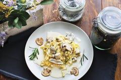 Prato da massa do vegetariano dos tagliatelle com cogumelos Fotografia de Stock