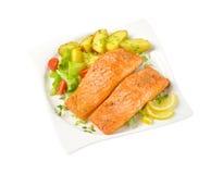 Prato das faixas salmon com batatas roasted fotos de stock