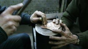 Prato de cobre feito à mão vídeos de arquivo
