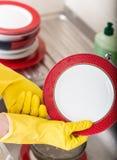 Prato de lavagem da esponja da banca da cozinha do dishware da limpeza Feche acima das mãos fêmeas no lavagem de borracha proteto Fotos de Stock Royalty Free