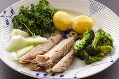 Prato de peixes da cavala com batatas, brócolis, cebolas e salsa O peixe gordo, oleoso é uma fonte excelente e saudável fotografia de stock