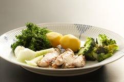 Prato de peixes da cavala com batatas, br?colis, cebolas e salsa O peixe gordo, oleoso ? uma fonte excelente e saud?vel foto de stock