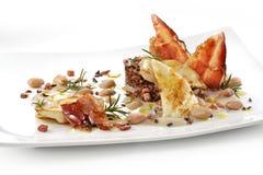 Prato de peixes, faixas do linguado, creme dos feijões, arroz vermelho, baco friável Fotos de Stock Royalty Free