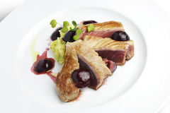 Prato de peixes Tuna Fillet com as cerejas no porto e em batatas trituradas Imagens de Stock Royalty Free