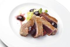 Prato de peixes Tuna Fillet com as cerejas no porto e em batatas trituradas Imagem de Stock Royalty Free
