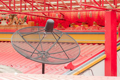 Prato de Sattellite no telhado do templo da porcelana Fotos de Stock Royalty Free